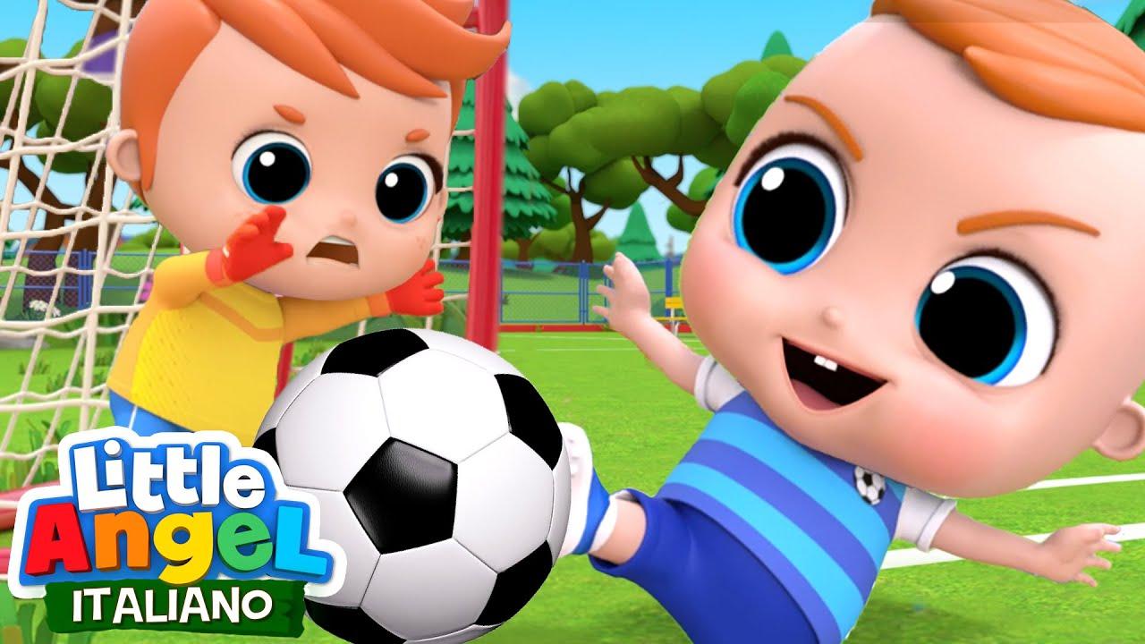 GIANNI impara a giocare a calcio ⚽️🔴 Riuscirà a vincere la prima partita? - Little Angel Italiano