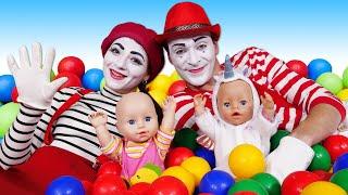 Clownsvideo - Wessen Baby Born Puppe ist schöner? - Lustiges Kindervideo