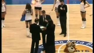 Болельщик Енисея делает предложение в перерыве матча(Enisey fan makes proposal at a game halftime., 2012-01-10T11:05:27.000Z)