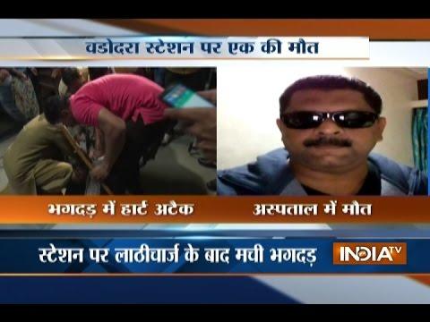 Shah Rukh Khan aka Raees Arrives at Vadodara Station, One Fan Died during Stampede