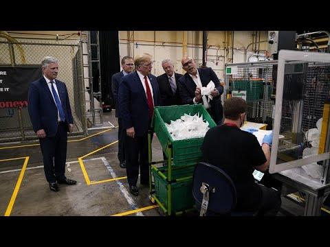 اخبار كورونا في أمريكا : جدل كبير بسبب زيارة ترامب لمصنع كمامات بدونإرتداء قناع وجوارب