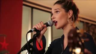 Camille Lou chante