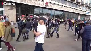 Задержание Павла Устинова, которого обвиняют в том, что он вывихнул плечевой сустав Росгвардейца