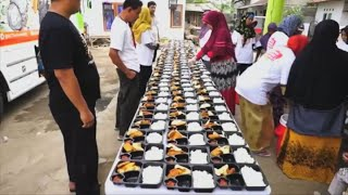 رويترز | شاهد وجبات على عجلات.. خدمة توصيل الافطار للصائمين المحتاجين باندونيسيا