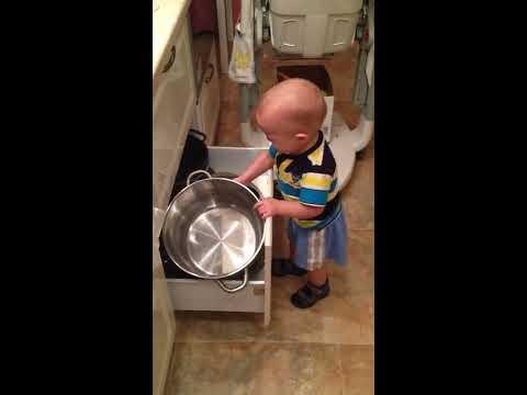 Прикол с ребенком, который борется с кастрюлей (игрушки для ребенка) FUNNY Baby Jokes