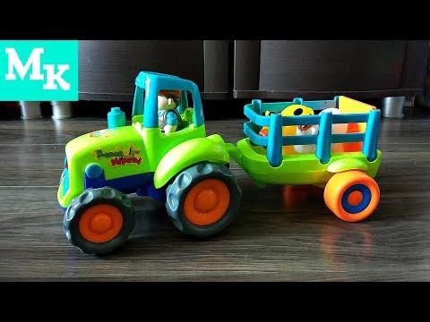 Синий трактор едет