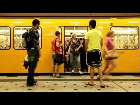 Oakley-Werbung in der Berliner U-Bahn - mit WallDecaux Transport Media
