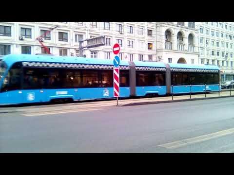 """Трамвай Витязь  маршрут 7 на остановке """"Станция метро Красносельская""""."""