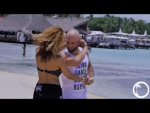Классно танцуют Бачату на берегу Доминиканского пляжа!