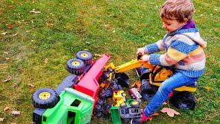 Малыш весело играет с машинками игрушками. Детское видео. Машинки. Для детей.