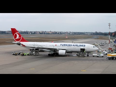Loading and unloading of an Airbus A330-200 Turkish Airlines in timelapse