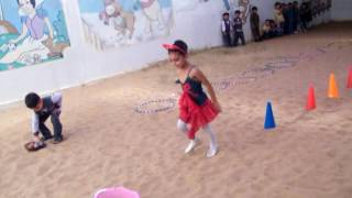 مسابقة الوثب وحمل الكرة لأطفال روضة الكرامة النموذجية  في حصة الرياضة
