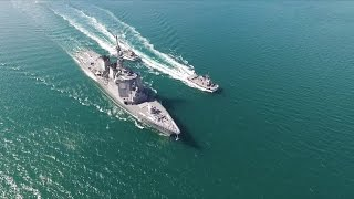 沖縄・中城湾港に入港するイージス艦「みょうこう」をドローンで空撮
