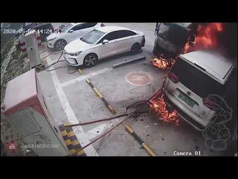 Ôtô điện phát nổ ở trạm sạc, gây cháy 3 xe khác