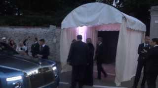 Video del matrimonio di belen rodriguez con paola barale che arriva al ricevimento una rolls royce, saluta il pubblico ed entra nel parco.
