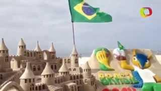 Esculturas de areia em Copacabana encantam turistas na Copa