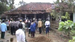 Repeat youtube video Cikeusik Mob Began Destroying Ahmadiyah House.MPG