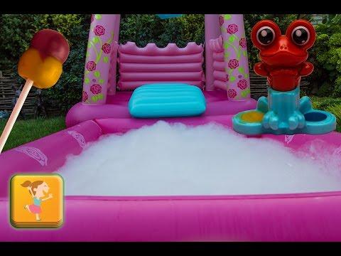 Детский бассейн пена для ванны а внутри Шоколадные яйца большой чупа чупс  и другие сюрпризы