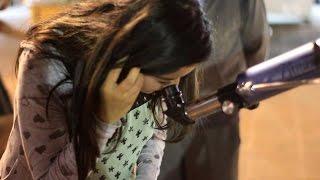 Reaccion de personas al ver por primera vez la Luna en un telescopio