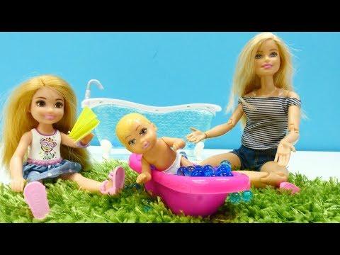 Barbie ailesi. Ken serinlenmek için vantilatör alıyor