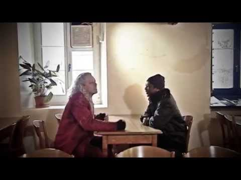 Avec Youssou N'Dour.  Une rencontre explosive dans un mythique café jurassien. Une improvisation rythmique, comique et amicale.