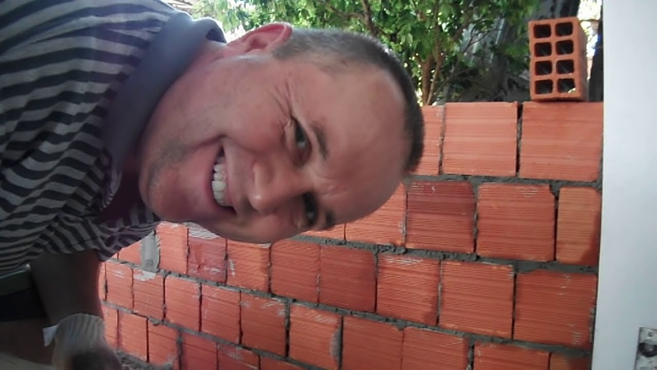 Pedreiro de hora de folga fechando parede para fazer sala  YouTube