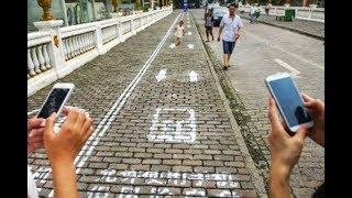 Carriles exclusivos para quienes caminan mirando el celular