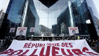 Klimaaktivisten blockieren Bank in La Defense
