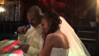 Папа поет дочке-невесте поздравление