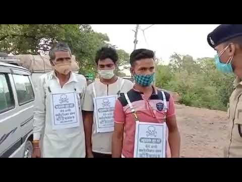 Policias obligan a la gente a llevar carteles indicando que son peligros biologicos.