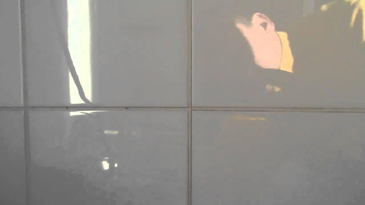 HBB badkamer scheuren voegen douchmuur 1 van 2 - YouTube