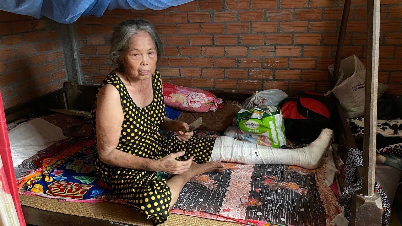 Người phụ nữ 70 tuổi té gãy chân nằm chỗ không người thân bên cạnh