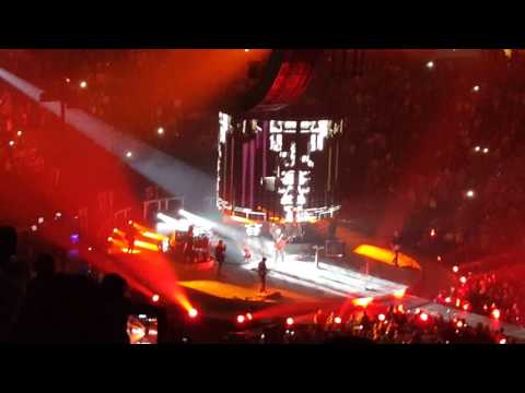 Blake Shelton entrance to first concert of the tour