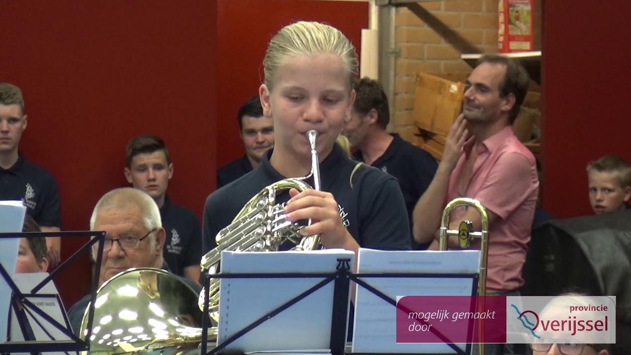 """Jong Markelo maakt muziek voor de gemeenschap met """"de muziekkist"""" van de Fanfare."""