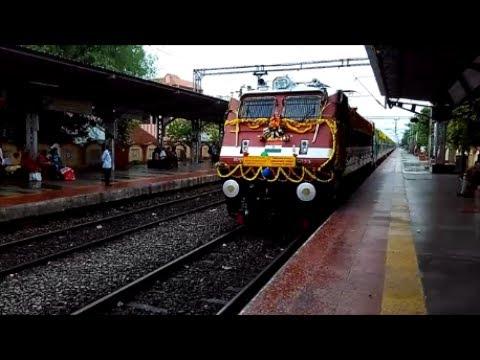 || Fully Decorated 00890 Vijayawada-Howrah Humsafar Express cruising PowerPet || India Railways