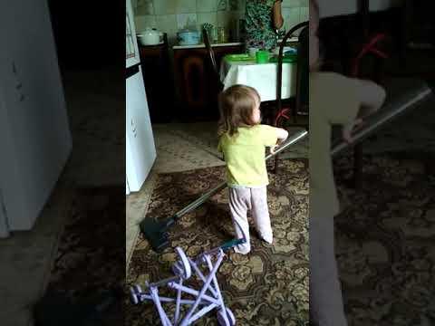 Аксинья, 1 год, пылесосит