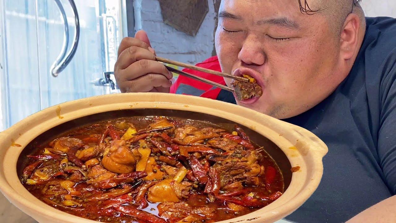 15根琵琶大鸡腿,猴哥请朋友吃火锅鸡,麻辣过瘾,只吃肉也能饱!【胖猴仔】