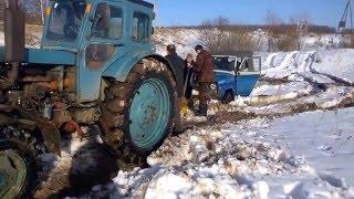 Трактор т-40 тащит уазы. Т-40 и два поломанных уаза(Трактор т-40 вытащил сначала уаз 469, затем подтащил уаз 31512 и потащил обоих к дороге. Т-40 по снегу против уазов...., 2016-03-10T14:39:31.000Z)