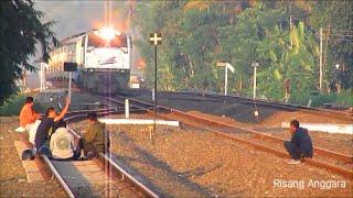 Lagi, Pemuda Nekat Menantang Maut Saat Kereta Api Senja Utama Solo akan Melintas