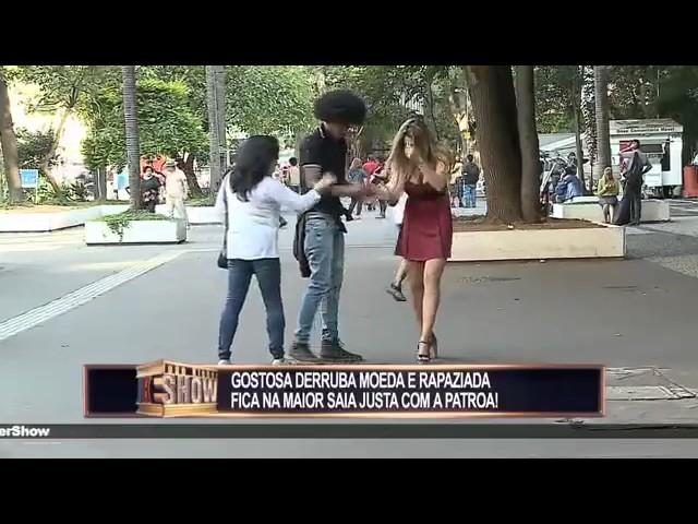 Broma mujer con falda corta pierde dinero en la calle y al agacharse muestra el culo