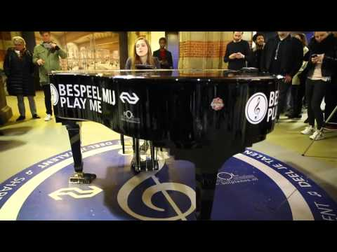 Surprise-act van Birdy op Amsterdam Centraal Station