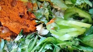 Корейская кухня. Острый зеленый салат с вакаме.