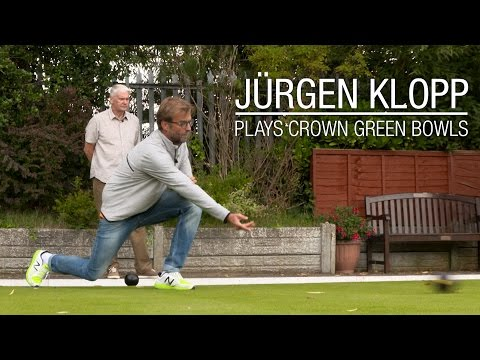 Jürgen Klopp plays bowls with three LFC fans | MUST WATCH