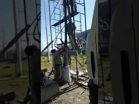 Bajando bomba sumergible en  planta AYSA .