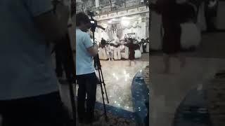 Женщина танцует на свадьбе