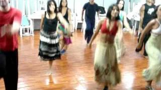 Juliana Paes ensaiando dança para Caminho das Índias com o corpo de baile