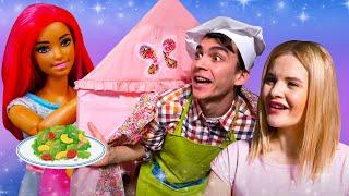 Видео про Куклу Барби! Шок в кафе - еда несъедобная! Игры в готовку: пицца и паста!
