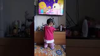 Bayi 9 bulan sehat pasti suka nonton TV