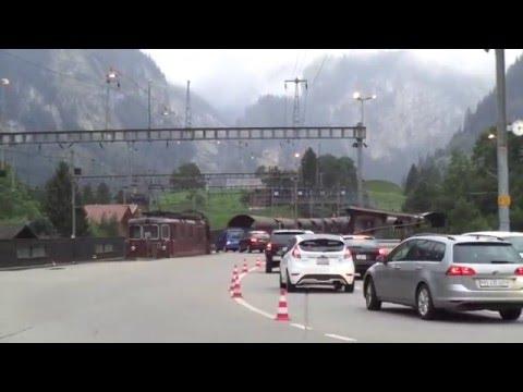 Autos subiendo al tren