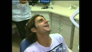 דר' רונן בורדובסקי עושה טיפולי שיניים לג'קי מנחם